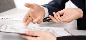 mãos de cliente e corretor sobre um contrato