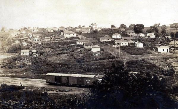 Antiga estrada de ferro e ao fundo inicio da Vila Falcão